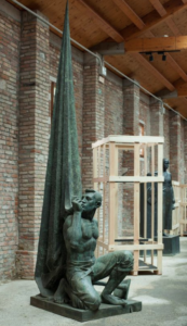 Statua della mostra 'Catalonia in Venice: To Lose Your Head (Idols)'